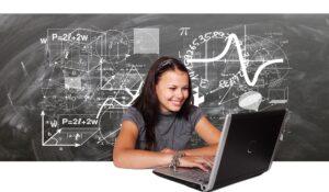 Schüler vor Tafel und Laptop